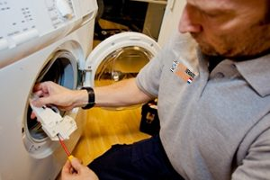 jonathan repareert een wasmachine
